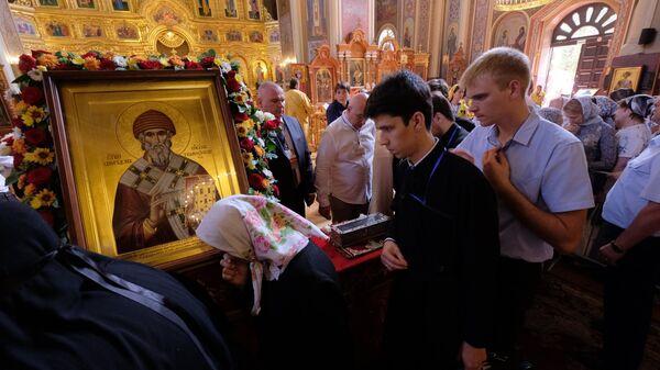 Верующие стоят в очереди к мощам святителя Спиридона Тримифунтского в Свято-Екатерининском соборе в Краснодаре. 24 августа 2018
