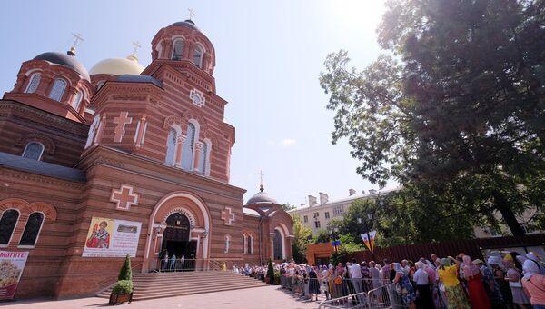 Верующие стоят в очереди к мощам святителя Спиридона Тримифунтского у Свято-Екатерининского собора в Краснодаре. 24 августа 2018