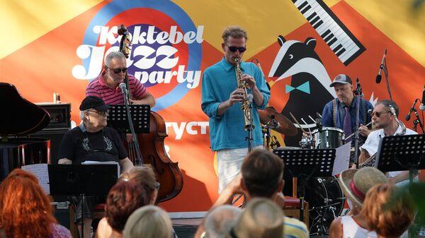 Ансамбль Каданс Германа Лукьянова выступает на Волошинской сцене на 16-м международном музыкальном фестивале Koktebel Jazz Party