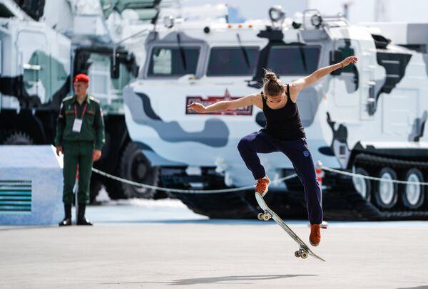 Посетительница на выставке «Армия России – завтра» в рамках IV Международного военно-технического форума «Армия-2018» в Кубинке