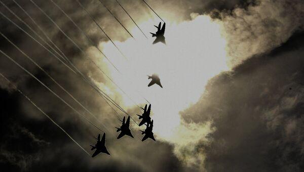 Истребители МиГ-29 пилотажной группы Стрижи во время демонстрационных полетов в рамках Международного военно-технического форума Армия-2018 на аэродроме Кубинка