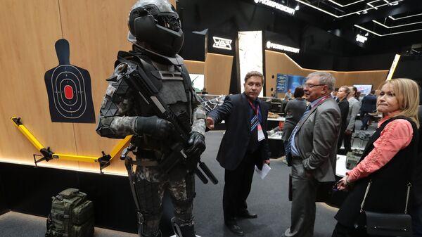 Концептуальная модель боевой экипировки солдата будущего на выставке Армия России – завтра в рамках IV Международного военно-технического форума Армия-2018 в Кубинке