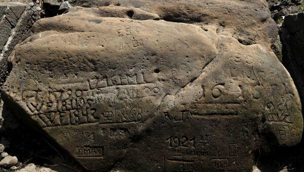 Голодный камень, предупреждающий о засухе, в реке Эльбе в чешском городе Дечин