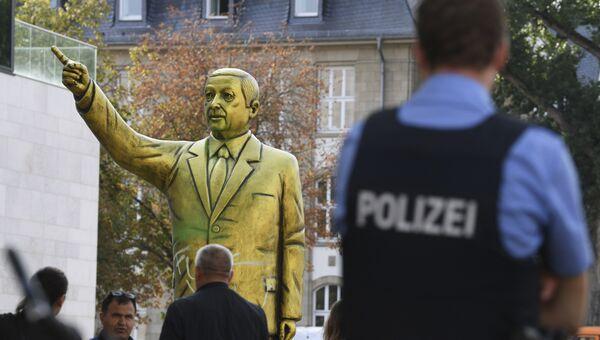 Золотая статуя президента Турции Тайипа Эрдогана в Висбадене, Германия. 28 августа 2018