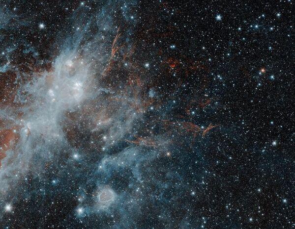 Один из самых больших остатков сверхновой звезды в Млечном пути под названием HBH 3 сфотографированный телескопом NASA Spitzer