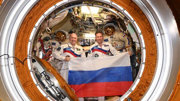 Российские космонавты Олег Артемьев и Сергей Прокопьев на борту МКС