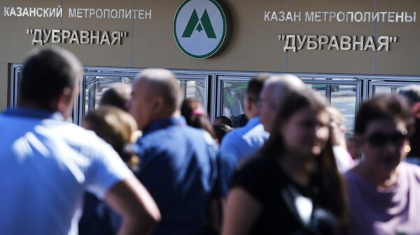 Прохожие у входа на станцию Дубравная казанского метрополитена