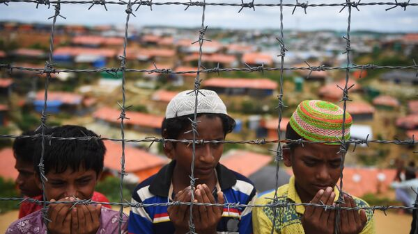 Беженцы рохинджа молятся на церемонии в память о первой годовщине военных преследований мусульман рохинджа