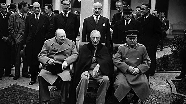 Премьер-министр Великобритании Уинстон Черчилль, президент США Франклин Рузвельт и Маршал СССР Иосиф Сталин