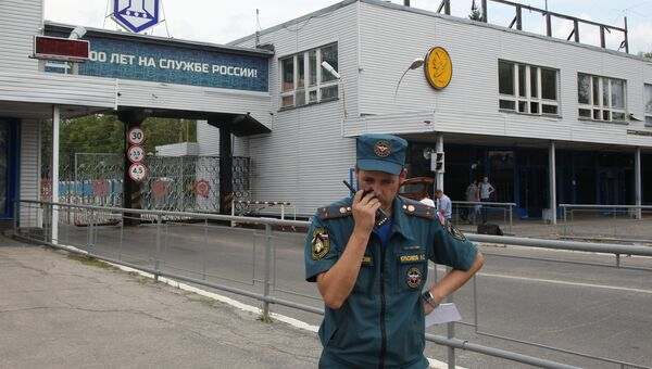 Сотрудник МЧС у главной проходной Завода имени Я. М. Свердлова