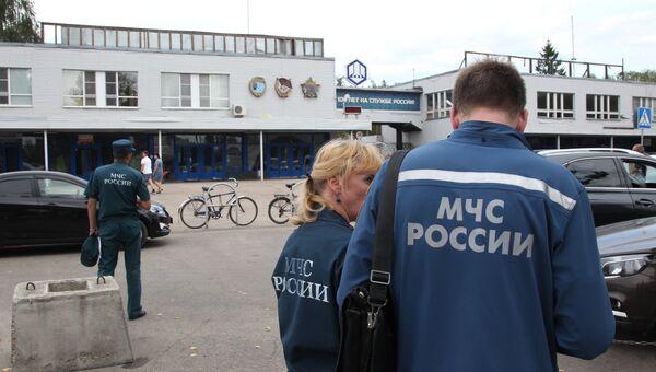 Сотрудники МЧС у главной проходной Завода имени Я. М. Свердлова