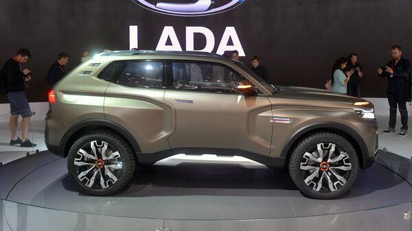 Посетители фотографируют новый автомобиль LADA 4x4 Vision на Московском международном автомобильном салоне 2018. Архивное фото