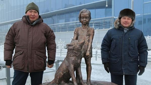 Памятник 4-летней Карине Чикитовой, выжившей в тайге, установленный в Якутске
