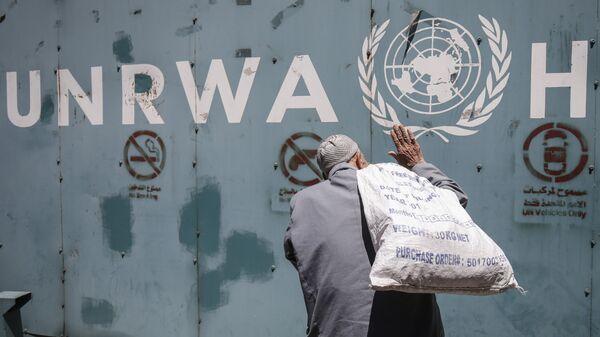 Житель Палестины у офиса БАПОР в Секторе Газа
