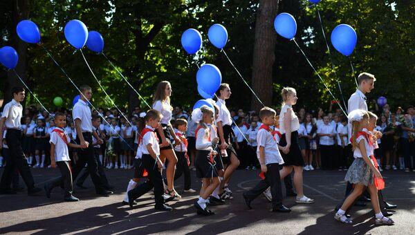 Ученики школы № 6 города Ялты во время торжественных мероприятий перед началом линейки, посвященных Дню знаний