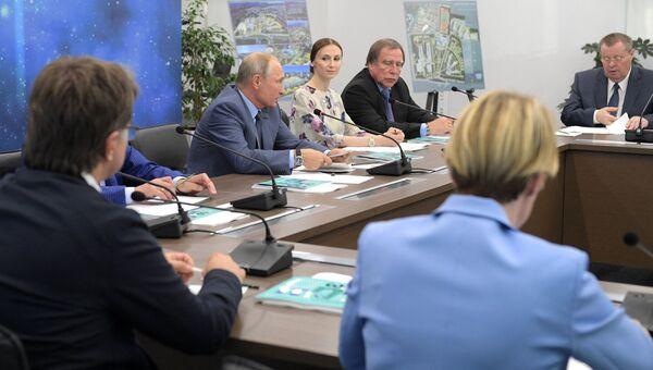 Президент РФ Владимир Путин проводит заседание Попечительского совета Фонда Талант и успех во время посещения образовательного центра Сириус. 1 сентября 2018