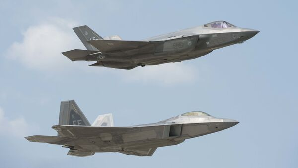 Истребители ВВС США F-22 Raptor (внизу) и F-35 Lightning II