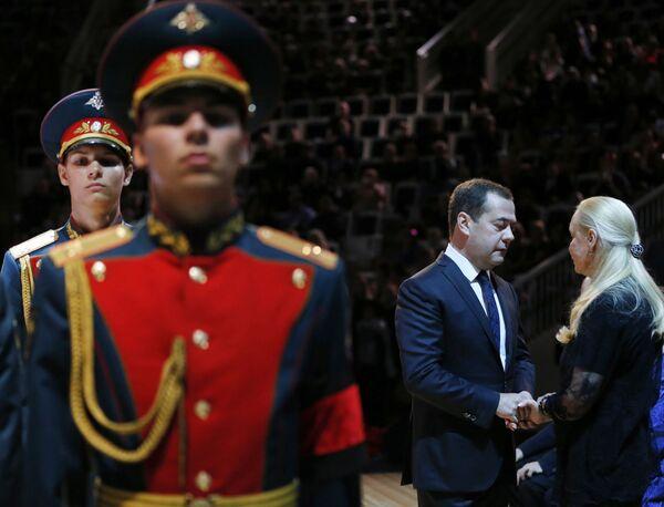 Председатель правительства России Дмитрий Медведев и вдова И. Кобзона Нинель Кобзон на церемонии прощания с Иосифом Кобзоном