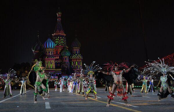 Творческий коллектив Банда Монументаль выступает на закрытии XI Международного военно-музыкального фестиваля Спасская башня на Красной площади в Москве