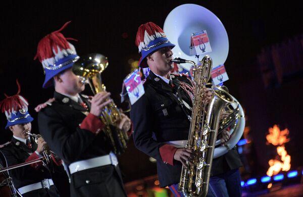Оркестр карабинеров принца княжества Монако выступает на закрытии XI Международного военно-музыкального фестиваля Спасская башня