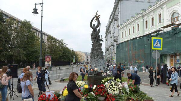 Люди возлагают цветы к монументу В память о жертвах трагедии в Беслане в Москве в День солидарности в борьбе с терроризмом. 3 сентября 2018