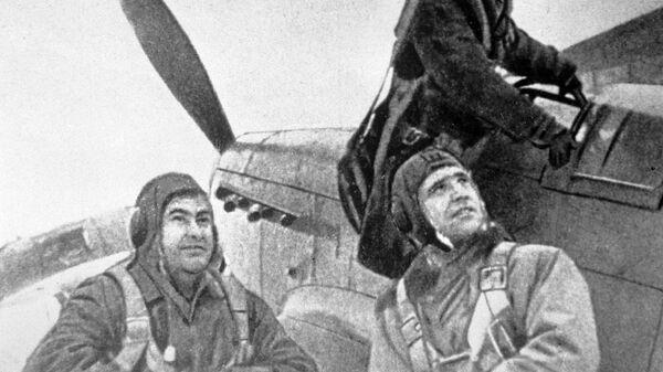 Летчики готовятся к боевому вылету. Крайний слева - Герой Советского Союза летчик Алексей Маресьев