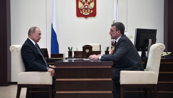 Президент РФ Владимир Путин и временно исполняющий обязанности губернатора  Амурской области Василий Орлов во время встречи. 3 сентября 2018
