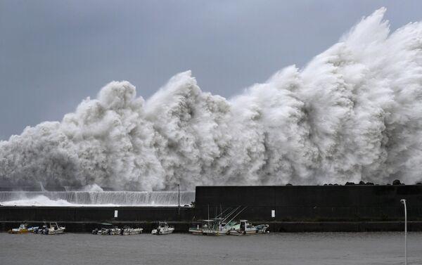 Волны, вызванные тайфуном Джеби в Японии. 4 сентября 2018 года
