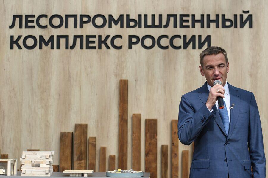 Статс-секретарь, заместитель министра промышленности и торговли РФ Виктор Евтухов (слева) на открытии площадки «Современная жизнь в деревянном доме: экологичность, безопасность, красота»
