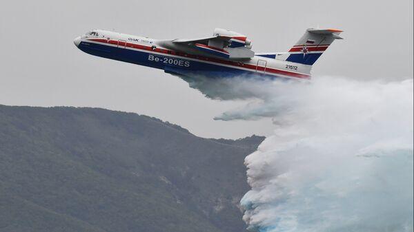 Самолет-амфибия МЧС РФ БЕ-200ЧС на международной выставке Гидроавиасалон в Геленджике. 6 сентября 2018