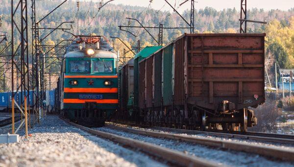 Локомотив едет по Восточно-Сибирской железной дороге. Архивное фото