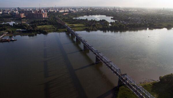 Железнодорожный мост через реку Обь в Новосибирске, который является частью Транссибирской железнодорожной магистрали. Архивное фото