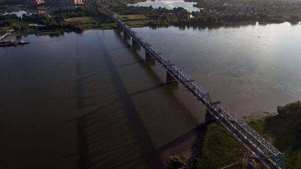 Железнодорожный мост через реку Обь в Новосибирске, который является частью Транссибирской железнодорожной магистрали