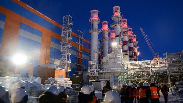 Трубы электростанции на строящемся заводе по производству сжиженного газа. Архивное фото