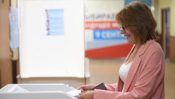 Избирательница в единый день голосования на избирательном участке ГБОУ Школа №117 в Москве