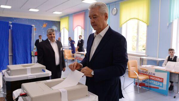 Мэр Москвы Сергей Собянин в единый день голосования на избирательном участке в Москве