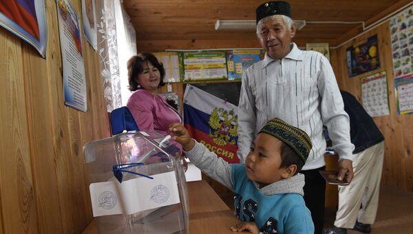 На избирательном участке во время досрочных голосований на выборах губернатора Тюменской области в деревне Вармахли Тобольского района Тюменской области