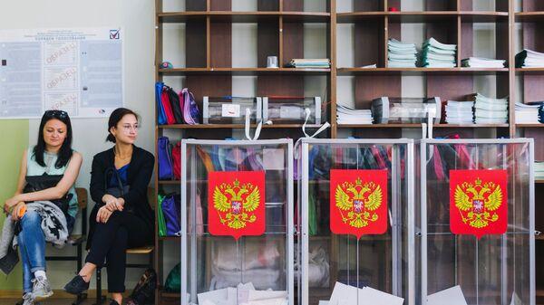 Урны на избирательном участке. Архивное фото
