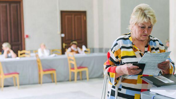 Избирательница в единый день голосования на избирательном участке в Иваново, архивное фото