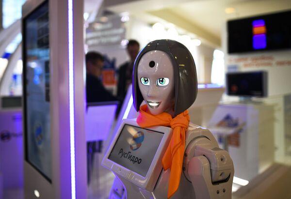 Робот-помощник на стенде ПАО «Русгидро» на площадке IV Восточного экономического форума во Владивостоке