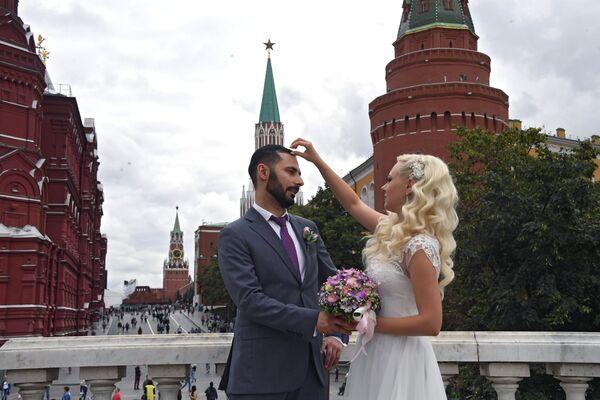 Жених и невеста на Манежной площади в Москве.