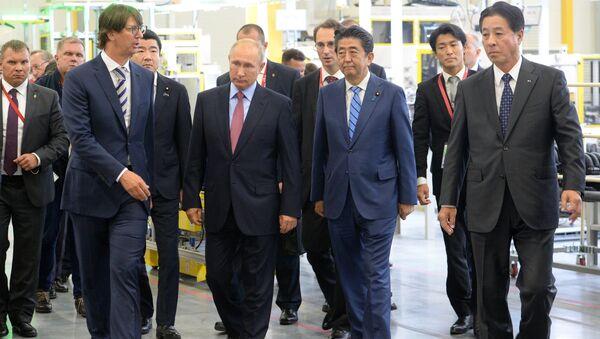 Владимир Путин и премьер-министр Японии Синдзо Абэ во время посещения двигателестроительного завода MAZDA SOLLERS Manufacturing Rus в пригороде Владивостока. 10 сентября 2018