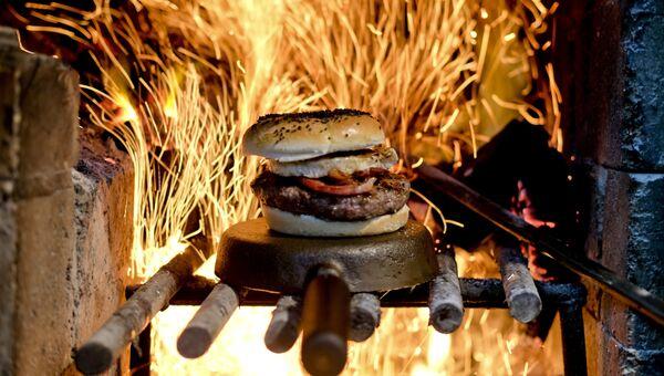 Гамбургер на огне в ресторане Аргентины