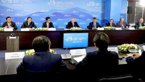 Президент РФ Владимир Путин во время встречи с представителями иностранных деловых кругов в рамках IV Восточного экономического форума