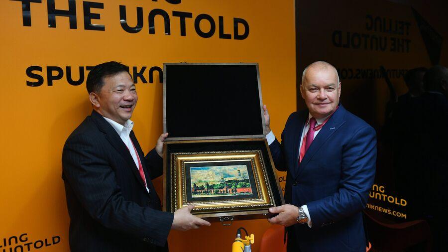 Генеральный директор МИА Россия сегодня Дмитрий Киселев и генеральный директор Медиакорпорации Китая Шэнь Хайсюн в радиорубке Sputnik на площадке IV Восточного экономического форума