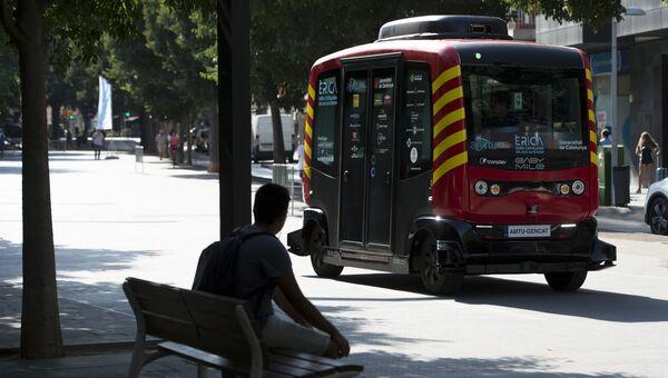 Автобус, который перевозит пассажиров без водителя, в Сан-Кугат-дель-Вальес, Каталония