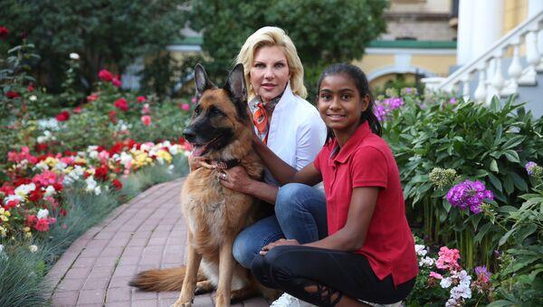 Супруга посла США в России Мэри Кей Хантсман с дочерью и овчаркой Сэми