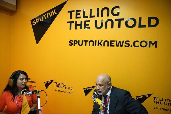 Генеральный директор Исследовательского центра Международная торговля и интеграция Владимир Саламатов в радиорубке Sputnik
