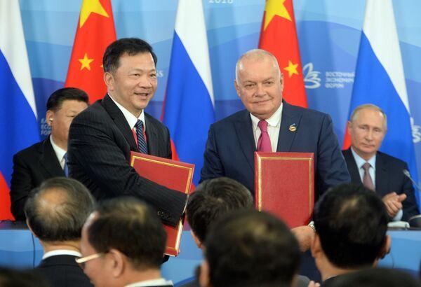Генеральный директор МИА Россия сегодня Дмитрий Киселев и президент медиакорпорации China Media Group Шэнь Хайсюн