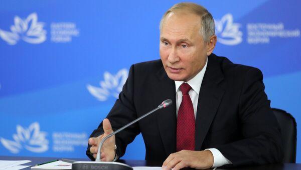 Президент РФ Владимир Путин во время встречи с премьер-министром Южной Кореи Ли Нак Ёном на полях  IV Восточного экономического форума на территории ДВФУ на острове Русский